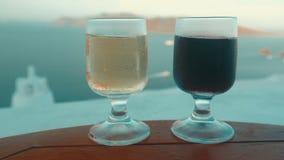 Glidare som skjutas av två exponeringsglas med vin i en medelhavs- ö lager videofilmer