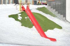 Glidarelekplats i snö arkivbild