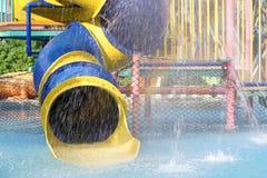 glidareritten i simbassäng på vatten parkerar arkivfoto