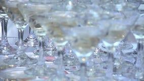 Glidbana av exponeringsglas med champagne lager videofilmer