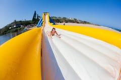 Glidbana för högt vatten för spänning för tonåringflickastrand Royaltyfri Foto