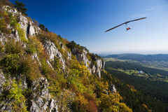 Glider. Flight near the mountain Royalty Free Stock Images
