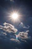 glidflygplan lotsade den soliga skyen Arkivbild