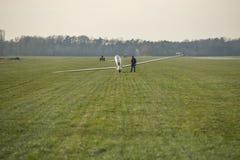 Glidflygplan på ett flygfält Arkivfoton