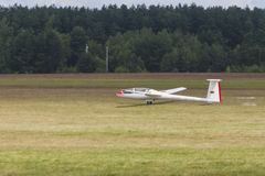 Glidflygplan på start- och landningremsa under flygsporthändelsen som är hängiven till den 80th årsdagen av DOSAAF Royaltyfri Foto