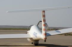 Glidflygplanet Grob G103 kopplar samman Astir II i den Sde-Teyman flygplatsen Öl-s royaltyfri foto