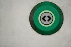 Glidning av den automatiska dörren i drev, smutsig knapp för öppen dörr med pil två arkivfoton