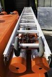 Glidning av den brandtre-knä stegen som ligger på brandlastbilen på monteringarna fotografering för bildbyråer