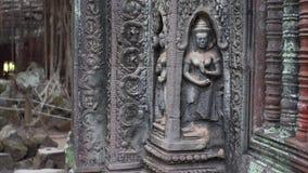Glidning av sikten av den härliga guden som snider på tempelväggen för Ta Prohm arkivfilmer