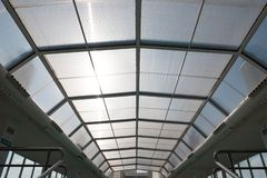 Glidning av taket av den inomhus pölen arkivfoton