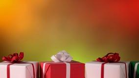 Glidning framme av julgåvor mot slätt oskarpt stock video