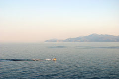 Glidningmotorbåtpanorama royaltyfria bilder