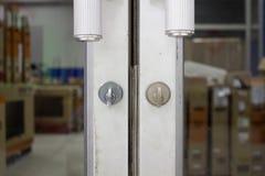Glidningsdörrar som låsas med en knopp , Låst dörr med en knopp royaltyfri fotografi