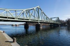 Glienicker bridżowy i pchnięcie łódź Zdjęcie Royalty Free