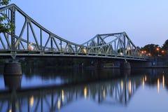 Glienicker bro i aftonen Arkivbild