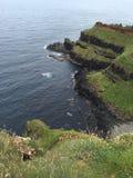Gliffs herbeux sur le littoral de chaussée en Irlande du Nord Photographie stock libre de droits