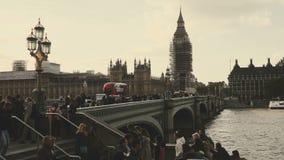 Glijdend schot van Big Ben en huizen van het Parlement tijdens behoudsheropfrissing, mensen en verkeer op de Brug van Westminster stock videobeelden