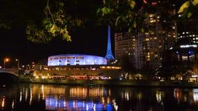 Glijdend schot van de het Kunstencentrum en Yarra-rivier bij nacht binnen de stad in van Melbourne, Victoria, Australië stock videobeelden