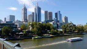 Glijdend schot van wolkenkrabbers de van de binnenstad van Melbourne en de Yarra-Rivier van Prinsenbrug, Melbourne, Victoria, Aus stock videobeelden