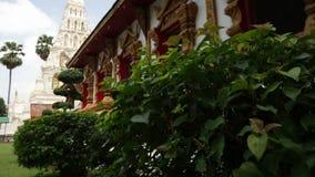 Glijdende beweging met Thaise tempelmening die wordt geschoten stock videobeelden