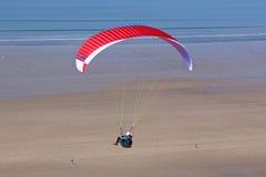 Glijscherm boven de kust Royalty-vrije Stock Afbeeldingen