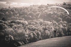 Glijscherm die boven Belgisch platteland vliegen Stock Afbeelding