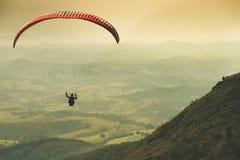 Glijscherm die op de mooie zonnige hemel over de groene bergen in Poços DE Caldas vliegen royalty-vrije stock foto's