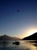 Glijscherm, meer en zonsondergang Stock Foto's
