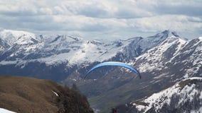 Glijscherm op de achtergrond van sneeuwbergen stock videobeelden