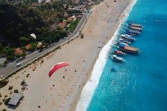 Glijscherm over Oludeniz strand, Turkije Stock Foto's