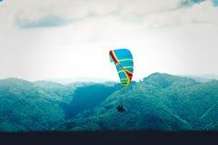 Glijschermen die achter elkaar in Roemenië vliegen Stock Afbeelding