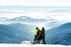 Glijschermen die klaar om van sneeuwhelling van een berg te lanceren worden stock afbeelding