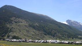 Glijschermen die over de bergen vliegen Overweldigende achtergrond van de Franse Alpen in de zomer stock footage