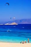 22 06 2016 - Glijschermen en toeristen bij het strand van Mikri Vigla op Naxos-eiland Stock Foto's