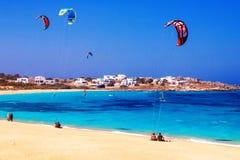 22 06 2016 - Glijschermen en toeristen bij het strand van Mikri Vigla op Naxos-eiland Royalty-vrije Stock Fotografie