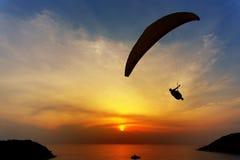 Glijschermsilhouet tegen de achtergrond van de zonsonderganghemel Stock Fotografie