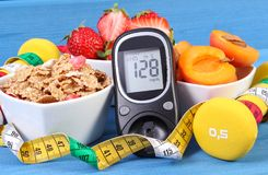 Glikoza metr z rezultata cukieru poziomem, zdrowym jedzeniem, dumbbells i stylem życia, centymetra, cukrzyc, zdrowego i sporty, Zdjęcie Stock