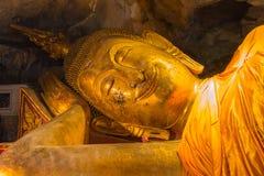 Glimlach die het standbeeld van Boedha, nirvanapositie doen leunen royalty-vrije stock foto