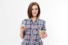 Glimlach gelukkig meisje die een plaidoverhemd dragen die een mobiele die telefoon met behulp van op een witte achtergrond wordt  royalty-vrije stock afbeelding