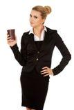 Glimlach het bedrijfsvrouw drinken koffie van document kop Royalty-vrije Stock Afbeelding