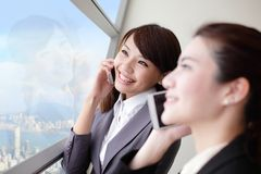 Glimlach het Bedrijfsvrouw spreken telefoon Stock Afbeelding