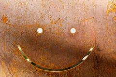 Glimlach op donkere versleten roestige metaal abstracte textuur Royalty-vrije Stock Foto's