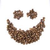 Glimlach van koffiebonen die op wit wordt geïsoleerd Stock Foto's
