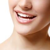 Glimlach van mooie vrouw met grote gezonde witte tanden. Royalty-vrije Stock Foto's