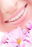 Glimlach van vrouw met bloemen Royalty-vrije Stock Foto