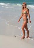 Glimlachen in Bikini Stock Afbeeldingen