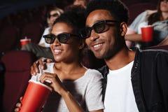 Glimlachend aantrekkelijk afro Amerikaans paar die op 3D film letten Royalty-vrije Stock Foto