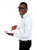 Glimlachend Afrikaans werkend aanraking-stootkussen apparaat stock afbeelding