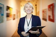 Glimlachend Art Gallery Manager stock fotografie