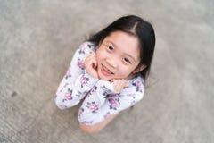 Glimlachend Aziatisch Kind met Steunen op Tanden royalty-vrije stock foto's